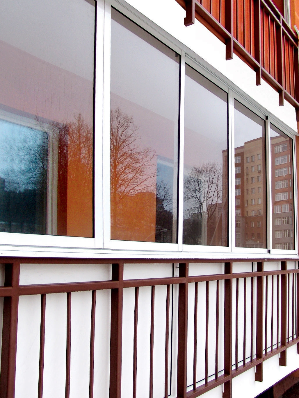 Балкон в своем доме из пластика.